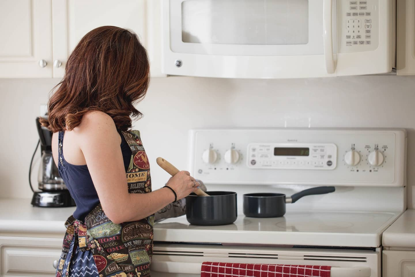 woman in the kitchen preparing to cook 2890387